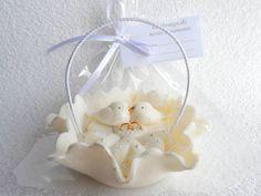 Lembrança do nosso Casamento Cesto de biscuit com tule,casal de pombinhos e alianças Cor:branco perolado por fora do cesto e alça branca Acompanha tag,saquinho e fita de cetim R$ 3,80