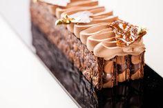 Chef Cedric Grolet : Millefeuille Chocolat-Caramel Gourmet Desserts, Mini Desserts, Holiday Desserts, Plated Desserts, Patisserie Design, Dessert Drinks, Dessert Recipes, British Bake Off Recipes, Grolet