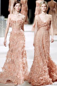 Nuevos colores de moda para novias y bodas, vestidos para novias y bodas color rosa melocotón de estilo sensual con aplicaciones de tela 3D de Elie Saab