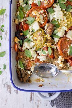Warmer Tomatensalat mit bunten Tomaten, rustikalem Brot, Oliven, Fetakäse und Basilikum. | malteskitchen.de