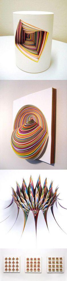 Ceci est une sculpture d'art en papier fait avec des anneaux en papier de couleur