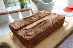 Danmarks bedste opskrift på hjemmelavet rugbrød. Du får 2 stk. hjemmelavede rugbrød med denne opskrift, nok til at gøre hele familien glad.