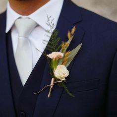 """107 curtidas, 5 comentários - As Floristas por Carol Piegel (@asfloristas) no Instagram: """"É só uma pequena flor...e de fato é, mas a lapela é um entre tantos outros detalhes que levamos…"""""""