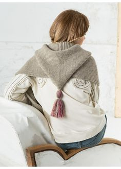 Mag. 169 - n° 21 - Echarpe à poches et capuche Modèles, broderie & tricot Achat en ligne Garra, Hooded Scarf, Knitted Poncho, Boho Gypsy, Crochet Clothes, Needlework, Knit Crochet, Street Style, Hoodies