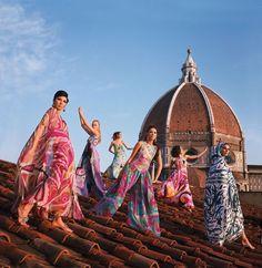 Mannequins sur le toit du Palazzo Pucci à Florence. Elles portent des robes du soir, des pyjamas et des capes en tissu-éponge de la collection printemps-été 1967