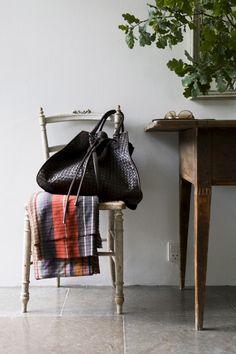 Et sommerhus med kunstnersjæl er blevet renoveret og udvidet med sin sjæl intakt. Huset, der ligger ud mod Øresund, er rammen om Charlotte Lynggaard og hendes families liv: et liv, hvor der er rig plads til drømme, kreativ skaben og masser af børn