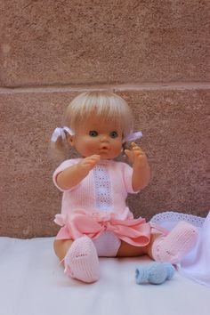 maslanitas: Todo un guardarropa para Nenuco. Baby Knitting Patterns, Baby Patterns, Baby Born, Doll Accessories, American Girl, Baby Dolls, Doll Clothes, Crochet, Kids