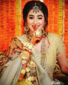 New indian bridal poses photo ideas the bride 53 ideas Mehendi Photography, Indian Wedding Photography Poses, Bride Photography, Makeup Photography, Pose Portrait, Bridal Portrait Poses, Bridal Photoshoot, Bridal Shoot, Saree Photoshoot