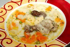 Csirke becsinált leves recept: Csirkeaprólékból készült csirke becsinált leves recept, nálunk nagy kedvenc. Csirkeaprólékból én a lábát nem szoktam belefőzni, de természetesen az is belekerülhet. :) Laktató, és nagyon finom leves, mivel tejszínt is teszek bele, tulajdonképpen egy ragulevesről van szó. Goulash, Low Carb Keto, Soups And Stews, Mashed Potatoes, Keto Recipes, Curry, Food And Drink, Eggs, Chicken
