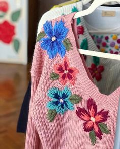 French Knot Embroidery, Embroidery On Clothes, Embroidered Clothes, Hand Embroidery Stitches, Embroidery Fashion, Silk Ribbon Embroidery, Floral Embroidery, Embroidery Patterns, Satin Stitch