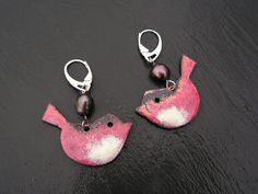 les éternels , boucles d'oreilles en cuivre émaillé oiseaux rose et blancet perles de culture akoya , attaches argent 925 : Boucles d'oreille par lilicat
