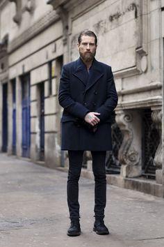 Acheter la tenue sur Lookastic:  https://lookastic.fr/mode-homme/tenues/caban-bleu-marine-jean-noir-bottes-noir-gants-noir/510  — Jean noir  — Bottes en cuir noires  — Caban bleu marine  — Gants en cuir noir
