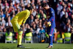 """Barcelona's Argentinian forward Lionel Messi (R) and Real Madrid's Costa Rican goalkeeper Keylor Navas prepare for a penalty shot kicks during the Spanish League """"Clasico"""" football match Real Madrid CF vs FC Barcelona at the Santiago Bernabeu stadium in Madrid on December 23, 2017.  / AFP PHOTO / OSCAR DEL POZO"""