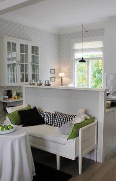 Hullaannu ja hurmaannu: Unelmieni keittiö ystävän luona Minimalist Scandinavian, Dining Bench, Storage, House, Furniture, Home Decor, Scandinavian, Minimalist Home, Purse Storage