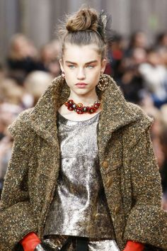 Fall winter 2018 mismatch earrings Chanel Fall Winter 2018 2019 Vogue Runway. Read the Fall Winter 2018 2019 Trends Fashion Week Coverage on Houseofcomil.com
