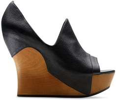 eases the eye upward and towards the stripes...I absolutely love these wedges!!!