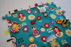 I made this toy travel blanket for Elise's first plane flight. We were flying … I made this toy travel blanket for Elise's first plane flight. We were flying to Maine and I wanted any toys she dropped to stay… Continue Reading → Sewing For Kids, Baby Sewing, Diy For Kids, Baby Blanket Tutorial, Tag Blanket, Sewing Patterns Free, Free Sewing, Pattern Sewing, Diy Travel Toys