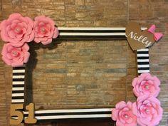 Haz un marco de fiesta divertido y muy original decorándolo con flores de papel. Es una manera de ponerle un toque creativo a tu fiesta y hacer que todos tus invitados se tomen fotos de una manera memorable. No tienes que usar materiales caros ni difíciles de encontrar, basta utilizar un viejo marco