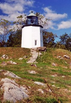 Photographs, history, travel instructions, and GPS coordinates for Stony Point (Hudson River) Lighthouse.