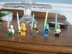 Für den Geburtstagskuchen LEGO-Figuren mit Kerze. Nur im Beisein eines Erwachsenen anzünden!
