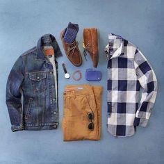 Combinação com Jaqueta Jeans, Calça Marrom de Sarja, modelo Chino, Camisa Xadrez em padronagem grande, Meia Azul e Sapato Marrom para completar esse Visual Masculino. Sapato Marrom Masculino: Dicas de Looks, pra inspirar!