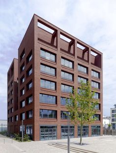 Starcom, Frankfurt am Main, O&O Baukunst Brick Architecture, Industrial Architecture, Residential Architecture, Carriage House Plans, Brick Masonry, Perspective Photography, Modern Contemporary Homes, Brick Design, Building Exterior