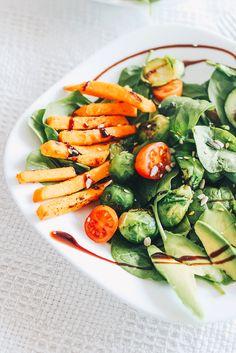 Ich bin ein absoluter Salat Fan. Egal ob im Sommer oder Winter, Salat geht bei mir immer. Dieses Mal habe ich eine Kombi aus Babyspinat, Süßkartoffeln, Avocado und Tomaten zusammen gemischt, und es schmeckt göttlich. Vegan, einfach, billig und lecker. Er erhält viel Eisen und wichtige Fettsäuren, die den Körper und das Immunsystem stärken.