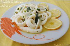 L'insalata di calamari al limone è un antipasto di pesce veloce ed economico, da preparare in pochi minuti con una marinatura di olio, limone e prezzemolo..