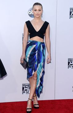 American Music Awards 2015 : les looks du tapis rouge Olivia Holt, Vanity Fair, One Direction, American Music Awards 2015, Mix Match, Tie Dye Skirt, Red Carpet, People, Glamour