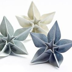 Origami Carambola Flowers by Carmen Sprung Aren't they just beautiful? Find out how to fold these origami flowers from a single sheet of paper, no glue needed! Origami Carambola Flowers -link to video tutorial by Carmen Sprung, long but includes how to fo Origami Diy, Origami Tutorial, Origami Ideas, Origami Instructions, Origami Things, Flower Tutorial, Origami Wedding, Origami Paper Art, Origami Xmas Decorations