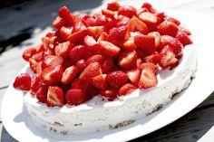 Nødde-choko-marengs-islagkage med jordbær