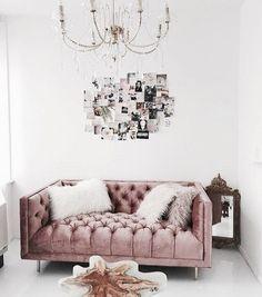 Stylisches #samtsofa in Altrosa - Chesterfield style. Minimalistisch eingerichtetes Wohnzimmer mit kreativen Elementen und ausgefallenen Möbelstücken. Gelungene Kombination aus alt und neu.