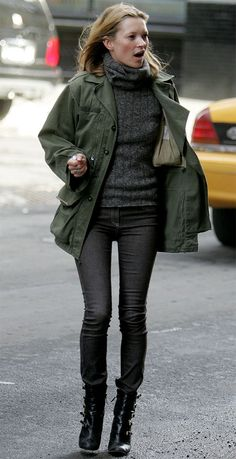 Kate Moss wearing Black Leather Ankle Boots, Charcoal Skinny Jeans, Charcoal Knit Turtleneck, and Olive Military Jacket Estilo Kate Moss, Kate Moss Stil, Winter Outfits, Casual Outfits, Parka Outfit, Moss Fashion, Women's Fashion, Queen Kate, Herren Style