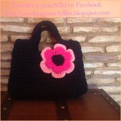 Bolsito negro con flor https://www.facebook.com/pages/Crochet-o-ganchillo/465378413574688?ref=tn_tnmn http://crochetoganchillos.blogspot.com