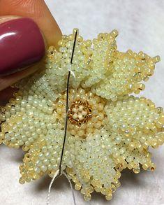 Сегодня расскажу вам и покажу, как делать миниатюрную брошь-кулон с использованием риволи Swarovski и японского бисера.А также вы сможете этот цветок использовать как один из элементов к своему задуманному украшению.Материалы, использованные в этом цветке(вы можете выбрать тот цвет, который вам больше нравится): - риволи Сваровски цвет Crystal Ivory Cream 14 мм — 1 шт;- бисер ТОХО TR-11-2110;-…