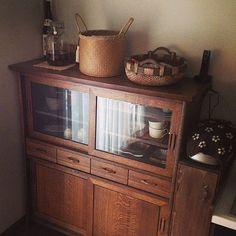女性で、4LDKのジャパニーズカントリー/シャビーシック/食器/DIY/手仕事/IG kinari_w…などについてのインテリア実例を紹介。「食器棚の隣は、デッドスペースを利用してゴミ箱を置いてます。ウッドBOXは相方渾身の一品。」(この写真は 2015-01-29 12:30:26 に共有されました)