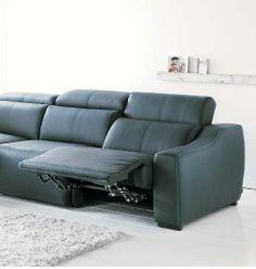 Sofá en piel con pies movibles. ¡Muy cómodo!