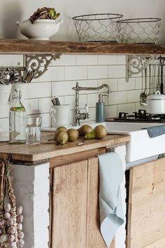 Charming kitchen - - # Outside kitchen Farmhouse Style Kitchen, Rustic Kitchen, Country Kitchen, New Kitchen, Vintage Kitchen, Kitchen Dining, Kitchen Decor, Beautiful Kitchens, Cool Kitchens
