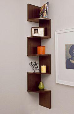 Kệ ốp tường 4 tầng bằng PVC laminate và gỗ composite với các cạnh vòng cung mềm mại, phù hợp với những ngôi nhà có diện tích khiêm tốn. Bạn có thể bố trí ở các góc nhỏ, cố định vào tường và đảm bảo không lấn chiếm không gian sàn. http://noithatnice.com/tin-tuc-bai-viet/12-mau-ke-luu-tru-dep-hoan-hao-cho-moi-can-nha-1341.html