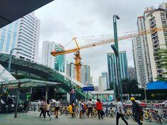 Gebaut wird hier überall - Egal wo man hinsieht man erblickt Kräne und Absperrungen und die Stadt wandelt sich zur neuen Architektur. Hier zu sehen ist Guamau, welches in der Nähe von Dongmen liegt.   PS.: von hier ist es auch ein Katzensprung nach Hong Kong  #shenzhen #guamau #dongmen #architektur #house #build #nostop #fast #people #china #chinese #traffic #sky #tsz #深圳 #中国