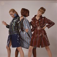 Models showcasing waterproof coats - 1965 Three fashion models wearing waterproof coats, circa (Photo by Jamie Hodgson/Getty Images) Getty Archive 60s And 70s Fashion, Retro Fashion, Vintage Fashion, Style Année 60, Cheap Boutique Clothing, Raincoat Outfit, Waterproof Coat, Rain Jacket Women, 20th Century Fashion