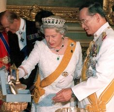 Thailand King and Queen | Largesse: Thai King Bhumibol Adulyade, now the world's richest monarch ...