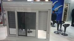 MODELO integrada com janela 2 folhas em vidro fumê  #feira #integrada #vidrofumê #janela #privacidade #praticidade #persiana