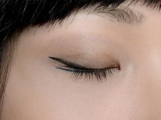 makeup eyeliner – Hair and beauty tips, tricks and tutorials Kajal Eyeliner, Eyeliner Hacks, Eyeliner Styles, How To Apply Eyeliner, Winged Eyeliner, Eyeliner Waterline, Eyeliner Ideas, Vintage Makeup, Maybelline
