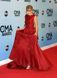Please stop taylor you look like a freakin beauty queen OH WAIT YOU ARE
