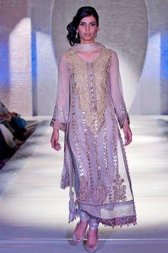 Rana Noman Exclusive Bridal Collection At Pakistan Fashion Week London : Beauty Tips Pakistani Couture, Pakistani Bridal, Pakistani Outfits, Indian Outfits, Eid Outfits, Girls Fancy Dresses, Ladies Fancy Dress, Formal Dresses, Party Dresses