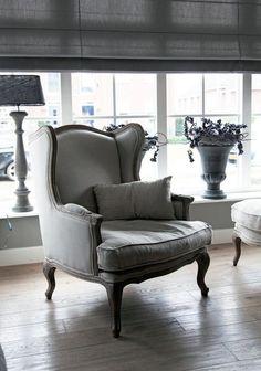 Mooie brocante fauteuil met linnen stof.  Meubelpark de Bongerd