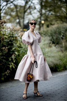 The Best Street Style Looks From New York Fashion Week Spring 2020 - Fashionista Street Style Trends, New York Fashion Week Street Style, Cool Street Fashion, Street Style Looks, Looks Style, Street Styles, Fashion 2020, Look Fashion, Spring Fashion