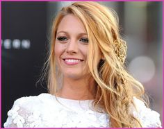 Blake Lively's hair and make-up worn with her white Chanel (Spring Couture dress (plus a Chanel camelia-jewelled piece in her hair) at the 'Green Lantern' premiere in Los Angeles, 15 June, Photo: Getty. Dark Grey Hair Color, Long Gray Hair, Braided Hairstyles Tutorials, Cute Hairstyles, Wedding Hairstyles, Casual Hairstyles, Blake Lively, Curly Hair Tips, Curly Hair Styles