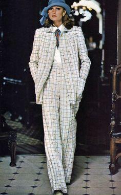 Thập niên 70 được xem là một trong những thời điểm đỉnh cao của thời trang với sự xuất hiện của một trang phục hoàn toàn khác biệt: quần tây ống rộng. Kiểu quần này trông thật nóng bỏng và hoàn toàn khác biệt với những gì người ta đã quen nhìn thấy.